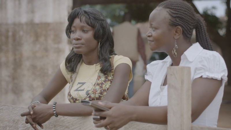 Nina und Rama stehen in Ouagadougou am Rand einer Großbaustelle und denken über ihre Zukunft nach.