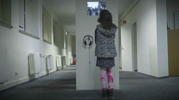 """Kamala schaut im Filmmuseum in Golzow """"Wenn ich erst zur Schule geh"""", den ersten Golzow-Film von Winfried Junge."""